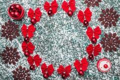 Wierzch, wierzchołek, widok od above okrąg od czerwonych łęków na szarość wykłada marmurem tło, z przestrzenią dla teksta writing Zdjęcia Stock