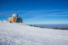 Wierzchołek Brocken góra, śnieg zakrywał zima krajobraz na wysokiej górze w Saxony Anhalt, Niemcy zdjęcie stock