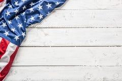 Wierzchołek widok flaga amerykańska na białym drewnianym stole fotografia royalty free