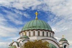 Wierzchołek świętego Sava chrześcijański catedral z błękitnym chmurnym niebem Zdjęcia Stock