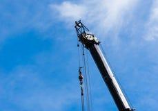 Wierzchołek ampuła ciężki przemysłowy żuraw przedłużyć z obwieszeniem depeszuje Fotografia Royalty Free