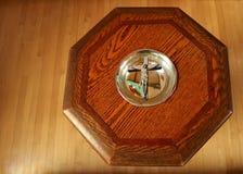 Wierzchołek antykwarska drewniana ochrzczenie chrzcielnica z krzyżem w basenie fotografia royalty free