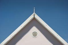 Wierzchołek bielu dach z niebieskimi niebami zdjęcie stock