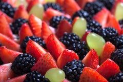 Wierzchołek biskwitowy domowej roboty tort z śmietanką i jagodami na czarnym bac Zdjęcia Stock