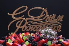 Wierzchołek biskwitowy domowej roboty tort z śmietanką i jagodami na czarnym bac Zdjęcia Royalty Free