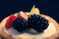 Wierzchołek biskwitowy domowej roboty tort z śmietanką i jagodami na czarnym bac Obrazy Royalty Free