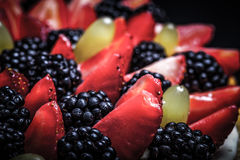 Wierzchołek biskwitowy domowej roboty tort z śmietanką i jagodami na czarnym bac Fotografia Royalty Free