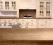 Wierzchołek drewniany stół i kuchni przestrzeń Zdjęcia Royalty Free