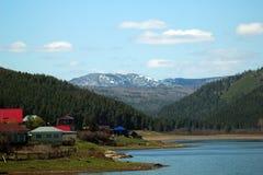 Wierzchołek halny Yamantau w śniegu i jeziorze na Pogodnym letnim dniu w Bashkiria, Rosja Zdjęcie Royalty Free