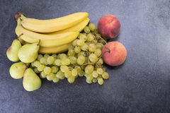 Wierzchołek kuchenny stół foluje owocowi winogrona, banany, bonkrety, pe zdjęcie stock