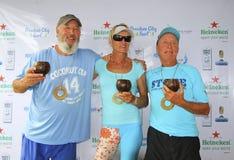 Wierzchołek 3 nad 50 Kokosowy filiżanki Paddle festiwal Fotografia Royalty Free