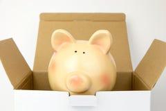 Wierzchołek rozpieczętowany kartonu pudełko z prosiątko bankiem inside fotografia stock