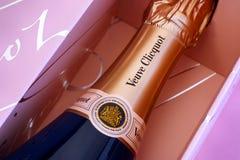 Wierzchołek Szampańska Veuve Clicquot róży butelka w menchiach boksuje Obrazy Royalty Free