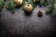 Wierzchołek widoków bożych narodzeń piłek jedlinowego drzewa sosnowi rożki na bezpłatnym betonowym tle obrazy stock