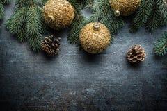 Wierzchołek widoków bożych narodzeń piłek jedlinowego drzewa sosnowi rożki na bezpłatnym betonowym tle fotografia royalty free