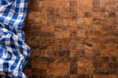 Wierzchołek widoku błękitny w kratkę tablecloth na drewnianej desce obraz stock