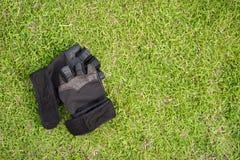 Wierzchołek - widoku bidon z sprawność fizyczna ręcznikiem z gras i rękawiczkami Fotografia Stock
