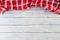 Wierzchołek widoku czerwony w kratkę tablecloth na drewnianym stole fotografia royalty free
