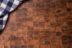 Wierzchołek widoku w kratkę tablecloth na pustej drewnianej masarki desce Obraz Royalty Free