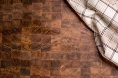 Wierzchołek widoku w kratkę tablecloth na pustej drewnianej masarki desce Zdjęcie Royalty Free