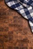 Wierzchołek widoku w kratkę tablecloth na pustej drewnianej masarki desce Fotografia Royalty Free
