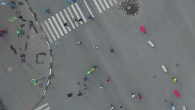Wierzchołka puszka anteny strzał drogowy skrzyżowanie z ludźmi biega przy miasto maratonem zbiory