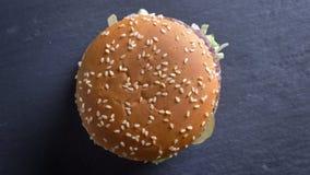 Wierzchołka puszka krótkopęd wiruje w ruchu apetyczny dwoisty cheeseburger z sezamem na babeczkach zbiory wideo