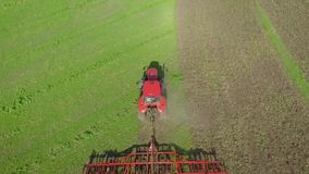Wierzchołka puszka strzał czerwony ciągnikowy działanie na zieleni pola orania ziemi zbiory wideo