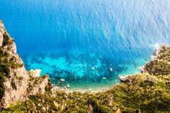 Wierzchołka puszka widok na błękitnej czystej turkusowej lagunie z łodzią zdjęcia royalty free