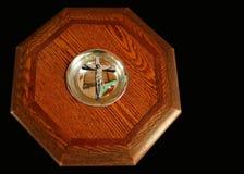 Wierzcho?ek antykwarska drewniana ochrzczenie chrzcielnica z krzy?em w basenie zdjęcia stock