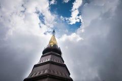 Wierzchołek pagoda z Chmurnym Obrazy Stock