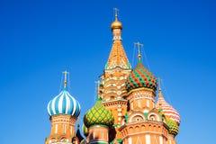 Wierzchołek St basilu ` s katedra, Moskwa, Rosja z niebieskiego nieba backg Zdjęcie Stock