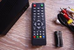Wierzcho?ka pude?ko dla odbiorczego wideo i TV sygnalizujemy pilot kontroli Szczeg??y w g?r? i obrazy stock
