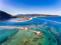 Wierzchołka puszka widok Agios Nikolaos wyspa blisko Lefkada miasteczka w Gree Fotografia Stock