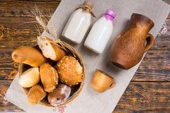 Wierzchołka puszka widok chlebowy kosz i mleko Zdjęcia Stock