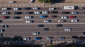 Wierzcho?ka puszka widok z lotu ptaka miastowa miasto ruchu drogowego d?emu godzina szczytu autostrada fotografia royalty free
