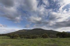 Wiese, Berg und Himmel Stockbild
