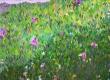 Wiese des grünen Grases mit Blumen. Stockfotografie