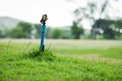 Wiese des grünen Grases des Springerwassergartens mit Feldgolfgericht lizenzfreie stockfotografie