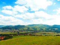 Wiese, Dorf und Berge Stockfoto