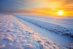 Wiese im Winter am Sonnenuntergang Stockfotos