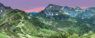 Wiese mit Straße in Nationalpark Berchtesgaden lizenzfreies stockfoto