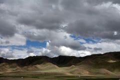 Wiese mit Wolken Stockfoto