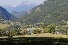 Wiese und Dorf Le Sappey in Chartreuse Stockfotografie