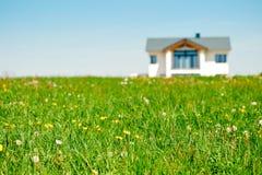 Wiese und Familien-Haus Stockbild