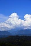 Wiese und Hügel auf dem Hintergrund von Bergen stockfotos