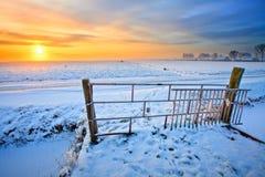 Wiese und Zaun im Winter Lizenzfreies Stockfoto