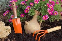 Wiese voll des gelben Löwenzahns Gartenarbeit-Hilfsmittel und Blumen Stockfotos