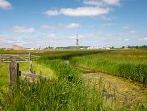 Wiese, Zaun und Abzugsgraben im Polder gestalten landschaftlich Lizenzfreie Stockfotos