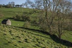 Wiesen und eine Halle, Höchstbezirk, England, Großbritannien stockfoto